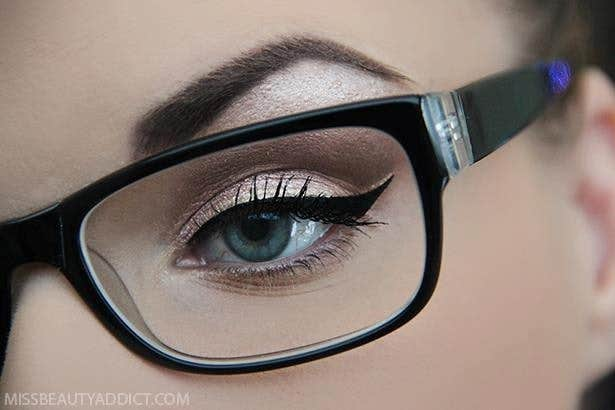Wear different eye shadow with the frame to look eye-catching